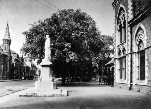 Rolleston Avenue and Statue of William Rolleston outside the Cantebury Museum